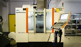 Mikron VCE800Pro-X CNC megmunkáló központ a Kvalix alkatrészgyártó műhelyében