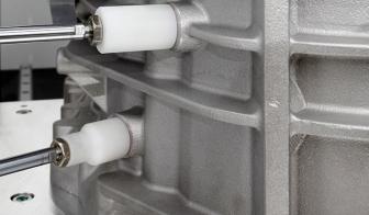 Egyedi gép tömítőrudakkal dugózza a munkadarab nyílásait